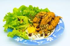 Bife da galinha com o ovo frito com cobertura do cereal imagem de stock