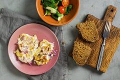 Bife da galinha cozido com o molho e as cebolas, servidos em uma placa com pão vegetal da salada e de centeio Vista de acima Fotos de Stock