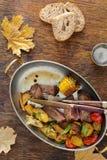 Bife de carne assada com com os vegetais fritados na bandeja foto de stock royalty free