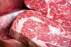Bife de carne cru Fotos de Stock Royalty Free
