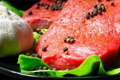 Bife de carne cru Fotos de Stock