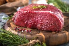 Bife de carne cru em uma tabela de madeira escura imagens de stock royalty free