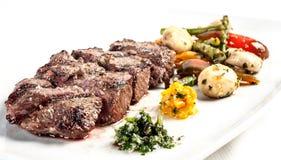 Bife de carne grelhado com fritadas francesas imagem de stock royalty free