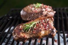 Bife de carne grelhado na grade foto de stock