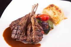 Bife de costeletas do cordeiro com vegetais sauteed e a batata triturada Imagens de Stock