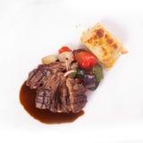 Bife de costeletas do cordeiro com vegetais sauteed e a batata triturada Fotografia de Stock Royalty Free