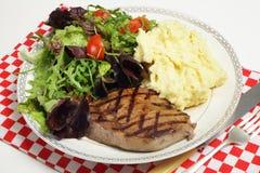 Bife de Ribeye com as batatas da salada e do aipo vermelho Fotografia de Stock