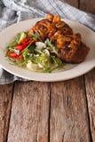 Bife de Salisbúria com salada vegetal na tabela vertical fotos de stock royalty free
