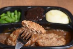Bife de Salisbúria macro em um jantar de tevê da forquilha foto de stock royalty free