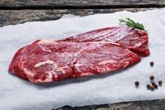 Bife de traseiro cru fresco da carne no papel amarrotado fotografia de stock royalty free