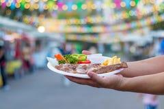Bife do alimento na mostra das mãos você imagens de stock