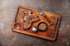 Bife do lombo grelhado com sal e pimenta fotografia de stock royalty free