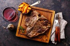Bife do lombo grelhado raro médio com cunhas da batata foto de stock