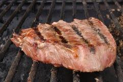 Bife do Sirloin da parte superior do lombo de carne na grade Fotografia de Stock