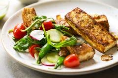 Bife do Tofu com ervilhas frescas e Rocket Salad Fotografia de Stock Royalty Free