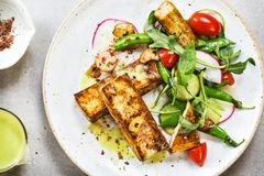 Bife do Tofu com ervilhas frescas e Rocket Salad Imagem de Stock Royalty Free