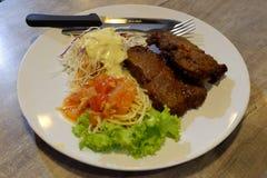 Bife dos espaguetes e da carne de porco fotografia de stock royalty free