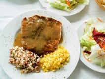 Bife e acompanhar-salada grelhados da carne, fotos de stock