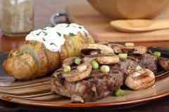 Bife e batatas Fotografia de Stock Royalty Free
