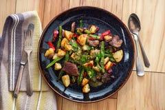 Bife e batatas de Chimichurri fotografia de stock royalty free