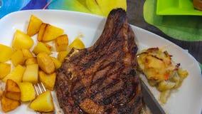 Bife e batatas fritas da carne fotos de stock royalty free