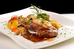 Bife e camarão barbequed suculentos deliciosos Imagem de Stock