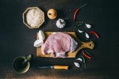 Bife e especiarias crus da carne de porco da faixa na tabela de madeira Vista superior Fotos de Stock