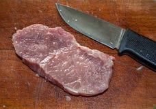 Bife e faca crus Fotos de Stock