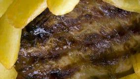 Bife e microplaquetas fotografia de stock