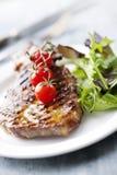 Bife e salada Fotos de Stock Royalty Free