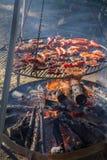 Bife e salsichas do mandril que estão sendo grelhados foto de stock royalty free
