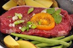 Bife e vegetais fotografia de stock
