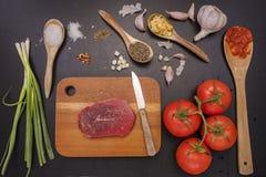 Bife e vegetais crus Foto de Stock