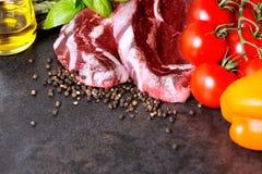Bife e vegetais crus na tabela com espaço da cópia Fotos de Stock
