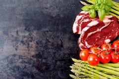 Bife e vegetais crus na tabela com espaço da cópia Imagens de Stock