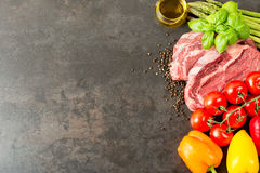 Bife e vegetais crus na tabela com espaço da cópia Fotografia de Stock