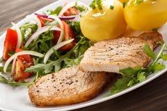 Bife e vegetais grelhados Imagens de Stock Royalty Free