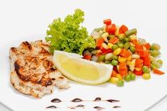 Bife e vegetais grelhados da galinha fotos de stock royalty free