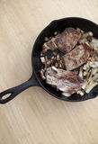 Bife em uma bandeja do ferro fundido imagem de stock
