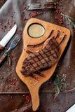 Bife em uma placa de madeira fotos de stock