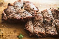 Bife fritado grelhado na placa fotos de stock