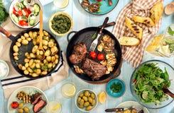 Bife grelhado, batatas novas do assado e alimento diferente imagem de stock
