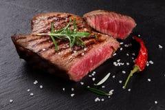 Bife grelhado com alecrins, sal e pimenta imagem de stock royalty free