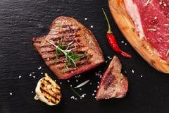 Bife grelhado com alecrins, sal e pimenta fotografia de stock