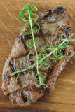 Bife grelhado com alguns vegetais Fotografia de Stock Royalty Free