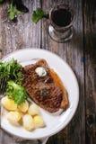 Bife grelhado com batatas foto de stock royalty free