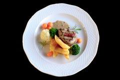 Bife grelhado com batatas e os vegetais fritados Fotografia de Stock