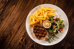 Bife grelhado com batatas fritas foto de stock royalty free