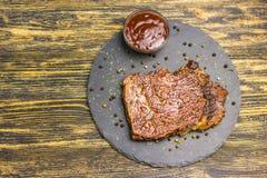 Bife grelhado com molho imagens de stock royalty free