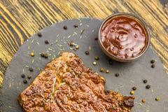 Bife grelhado com molho foto de stock